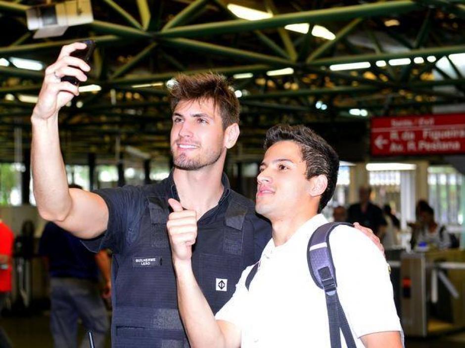 Los hombres tampoco dejan pasar oportunidad para tomarse fotografías con Leao. (Foto: Guilherme Leao/ Facebook)