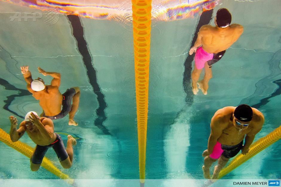 Esta fotografía, tomada con una cámara submarina, muestra al nadador francés Florent Manaudou (R) y al ganador de la medalla de plata Giacomo Perez Dortona durante la competencia de los 50 metros brazada final durante el torneo francés de natación en Chartres. Foto AFP / Damien Meyer