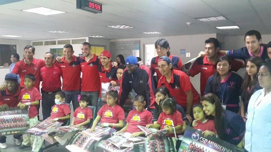 Jugadores de Municipal, vistan , Hospital Roosevelt, Guatemala