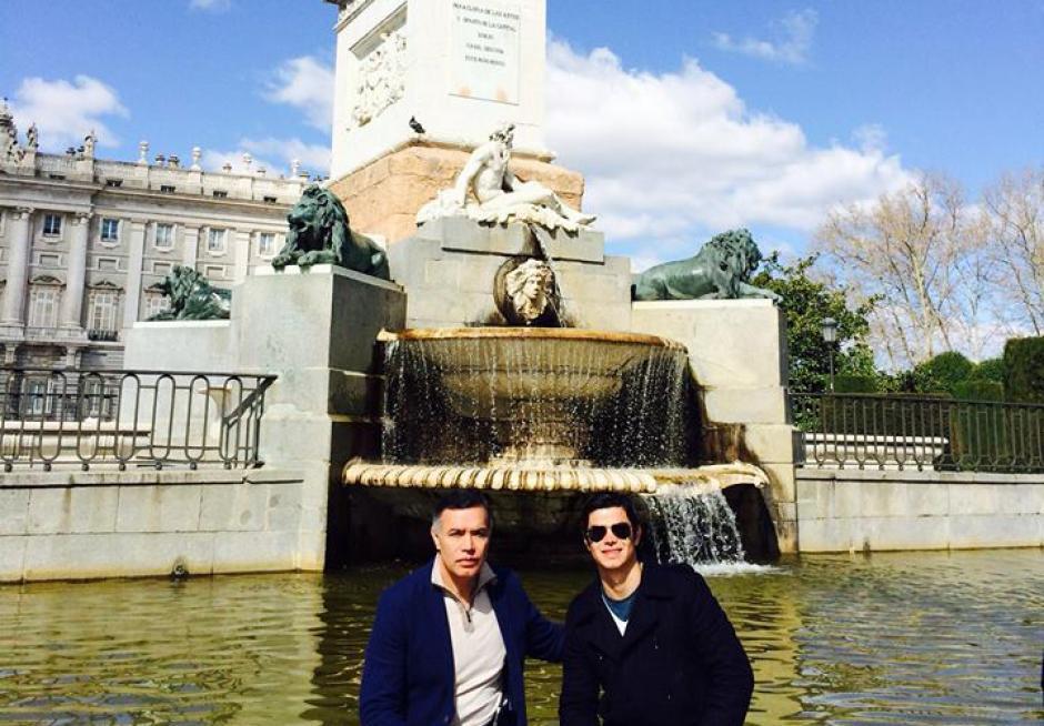 Juan de la Cruz Rodríguez Portillo, junto a su padre Juan de Dios Rodríguez, quien fungía como presidente de la Junta Directiva del IGSS. (Foto Facebook/Juandelacruz Rodríguez Portillo)