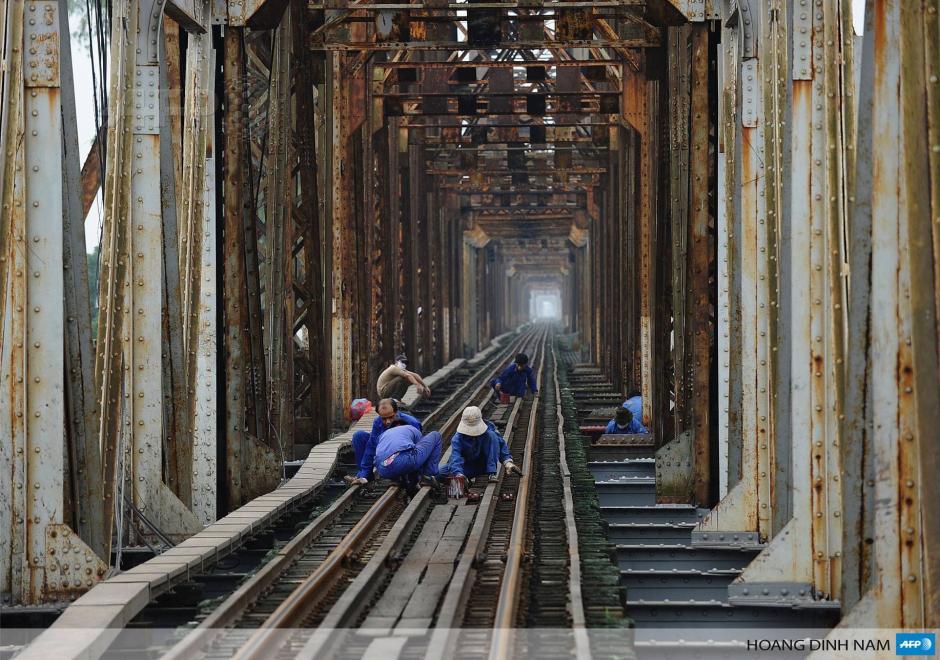 """Trabajadores dan mantenimiento al puente ferroviario """"Bien"""" que tiene 100 años de existencia en Hanoi, Vietnam.Construido bajo el dominio colonial francés en el siglo XIX, los ferrocarriles de Vietnam han visto pocos cambios y son el sector del transporte más subdesarrollado del país, llegando a menudo a críticas públicas. (Foto: AFP)"""