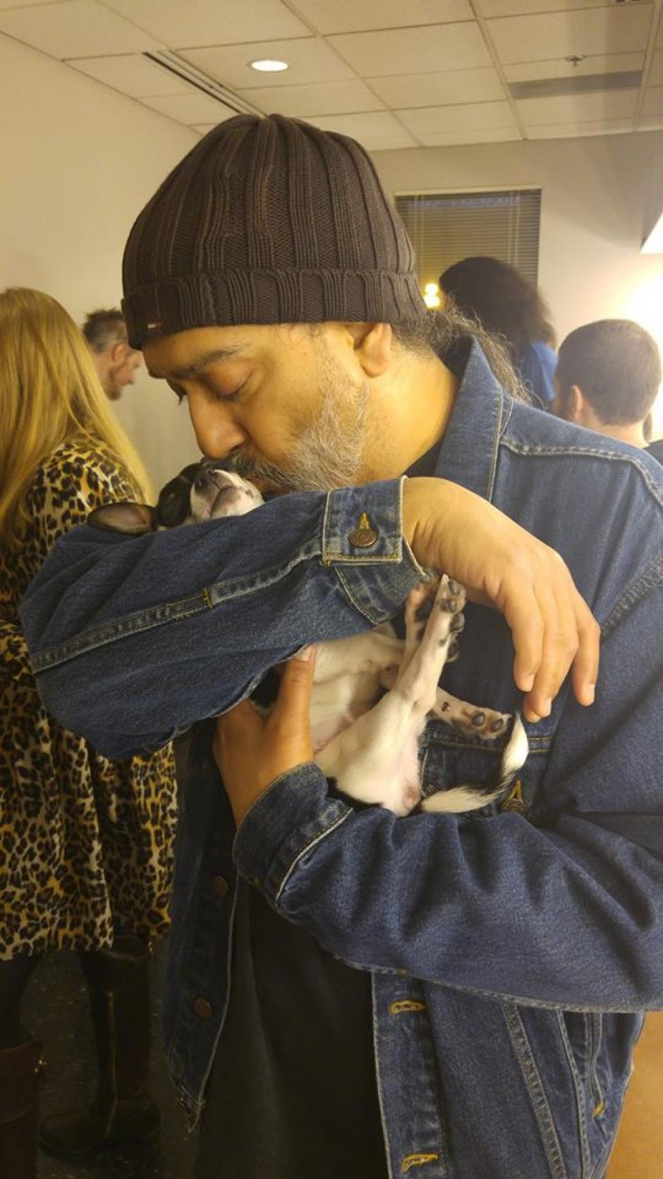 """Kim Thayil de Soundgarden se come a besos a """"America's Sweetheart"""". (Foto: MOtley Zoo Animal Rescue)"""