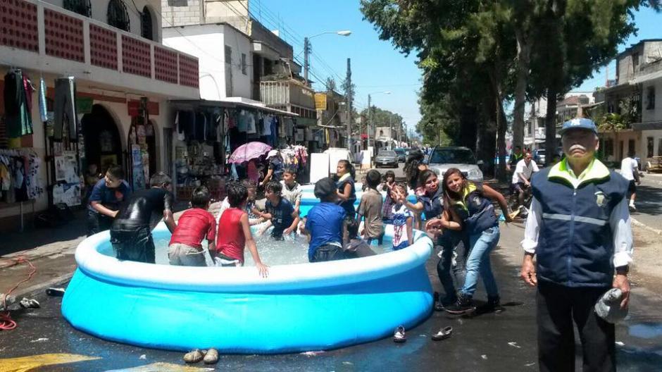 En total el alcalde y la corporación municipal compraron ocho piscinas para colocarlas en distintos puntos. (Foto: Facebook/Neto Bran)