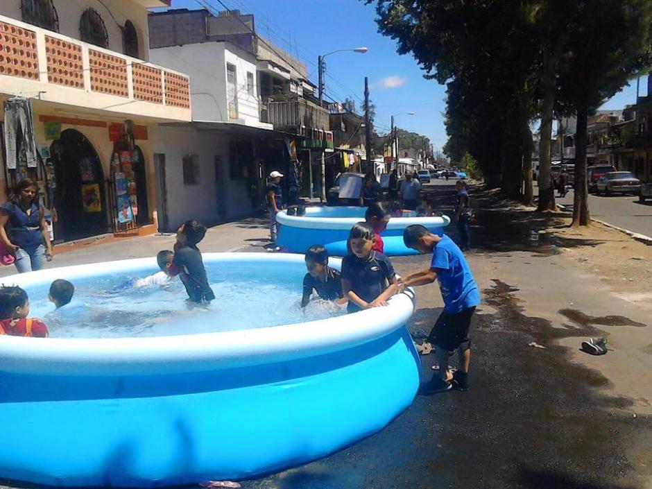 Un grupo de niños de la colonia Carolingia disfrutó de dos piscinas que fueron instaladas en una calle de la colonia.  (Foto: Facebook/Neto Bran)