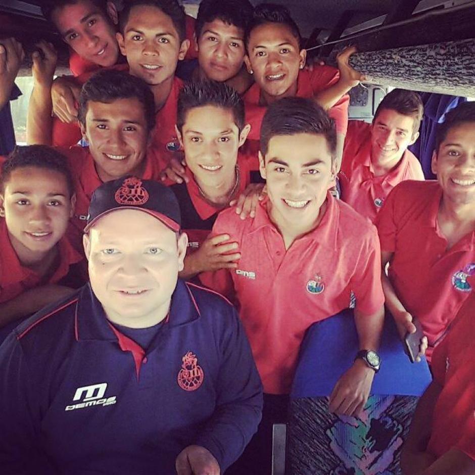 Kevin Ávila posa junto a los canteranos de Municipal en uno de los tantos viajes al interior para defender la camiseta roja. (Foto: Kevin Ávila)
