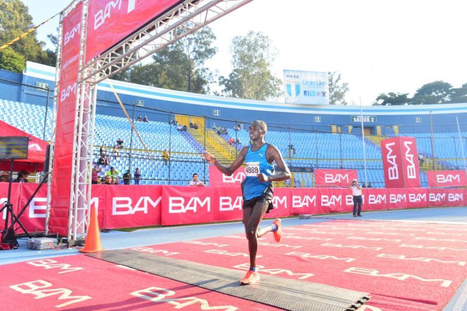 Emmanuel Mnangat fue el mejor corredor en esta edición de la carrera de los barrios en la rama Masculina. (Foto: Jesús Alfonso/Soy502)