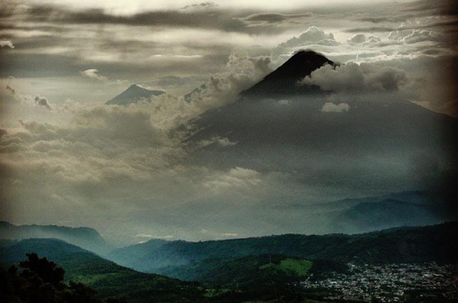 La vista desde el volcán de Pacaya da paz a los montañistas. (Foto: Fredy Hernández/Soy502)