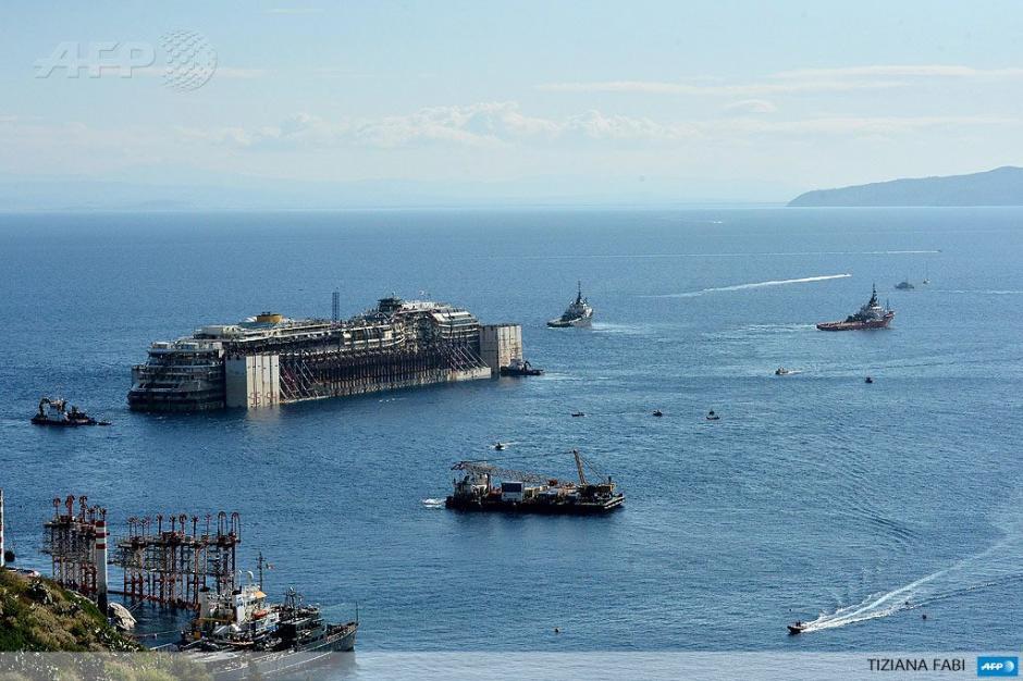 Los restos del crucero Costa Concordia son remolcados después de que se puso a flote con depósitos de aire a los lados. (Foto: AFP)