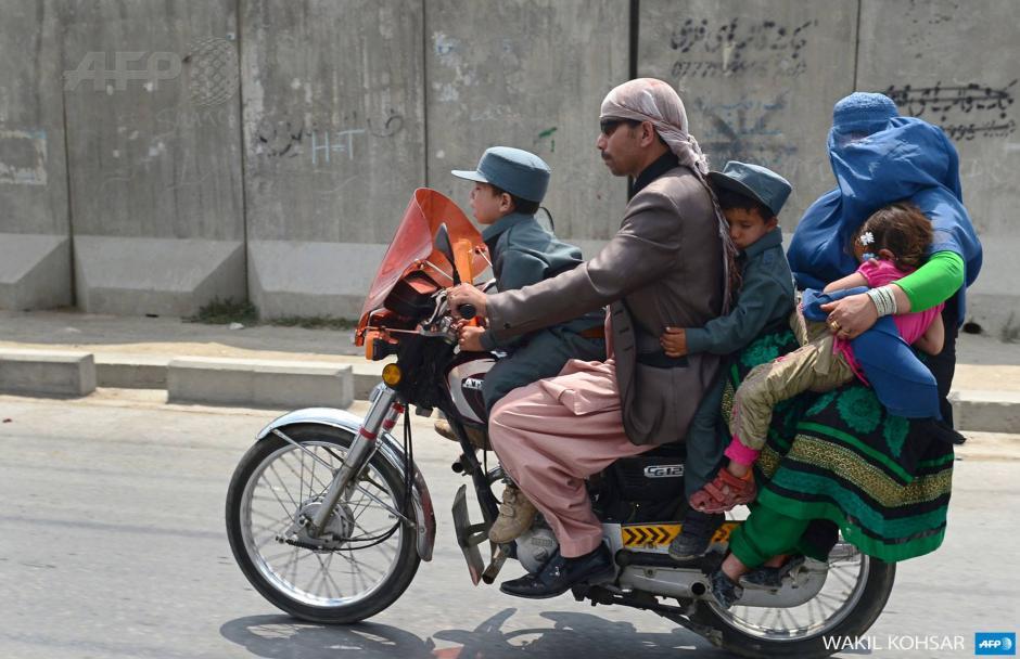 No sólo sucede en Guatemala, también en Afganistán las familias que sólo gozan de un medio de transporte como la motocicleta se convierte en transporte para todos, papa, mamá e hijos. (Foto: AFP)