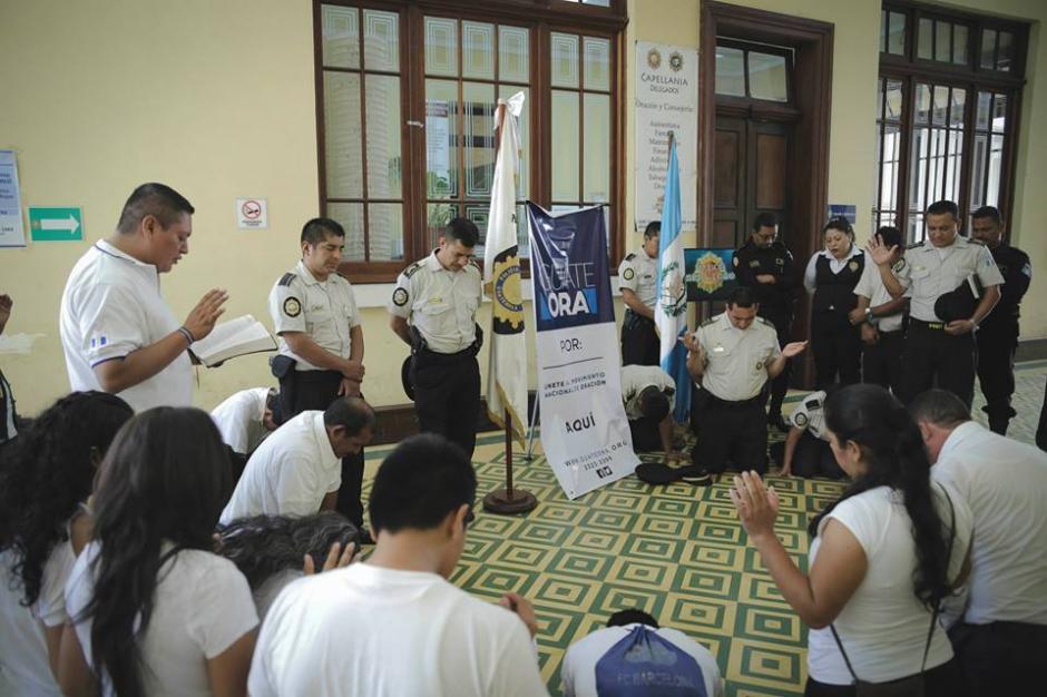 En la Dirección General de la Policía Nacional Civil también elevaron oraciones. (Foto: Guate Ora/Facebook)