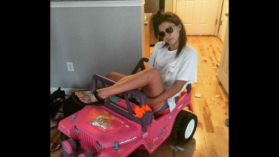 Tara Monroe, universitaria estadounidense, se transporta en Jeep de Barbie tras perder su licencia. (Foto: trome.pe)