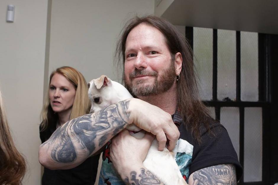 """Gary Holt, guitarrista de Exodus y Slayer, se derritió al conocer a """"Love Stuff"""". (Foto: Montley Zoo Animal Rescue)"""