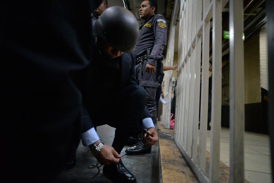 """""""Eco"""" amarra sus zapatos mientras espera el traslado a Pavoncito. (Foto: Wilder López/Soy502)"""