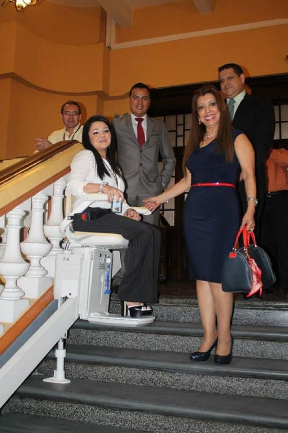 Samantha Mejía aparece en la imagen junto a Anabella de León, en las gradas del Registro de la Propiedad. (Foto: Archivo)