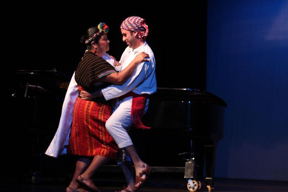 Una pareja de bailarines profesionales durante el homenaje