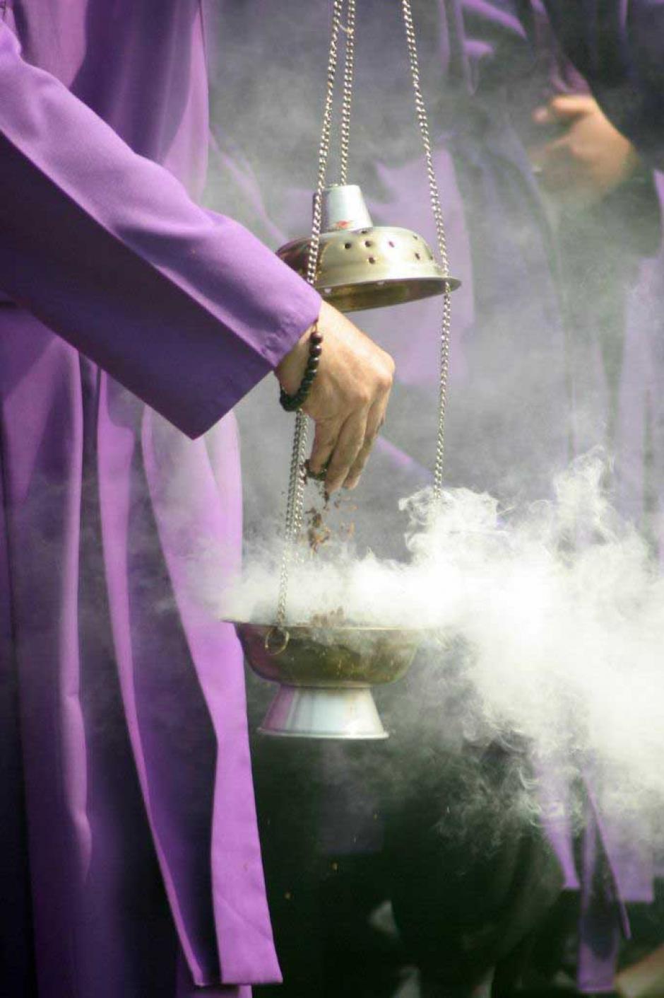 El incienso es un elemento esencial en cada cortejo procesional.(Foto: Raúl Illescas/Especial para Soy502)