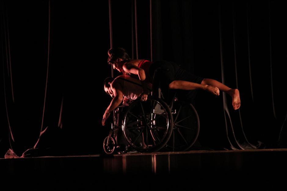 Sensualidad y pasión se percibió en la presentación de Alas de Libertad; las sillas de ruedas se movieron al son de un Tango (Foto: Alexis Batres/Soy502)