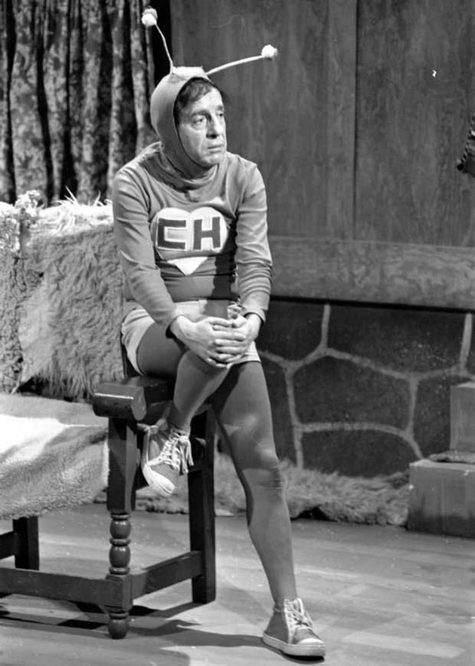 Roberto Gómez Bolaños durante las grabaciones del Chapulín Colorado
