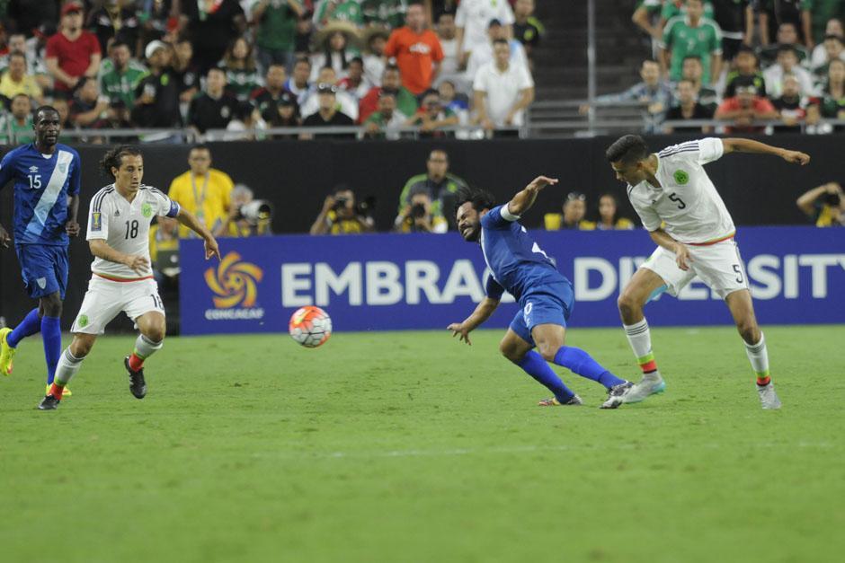 Ruiz recibiendo una falta por parte de un rival