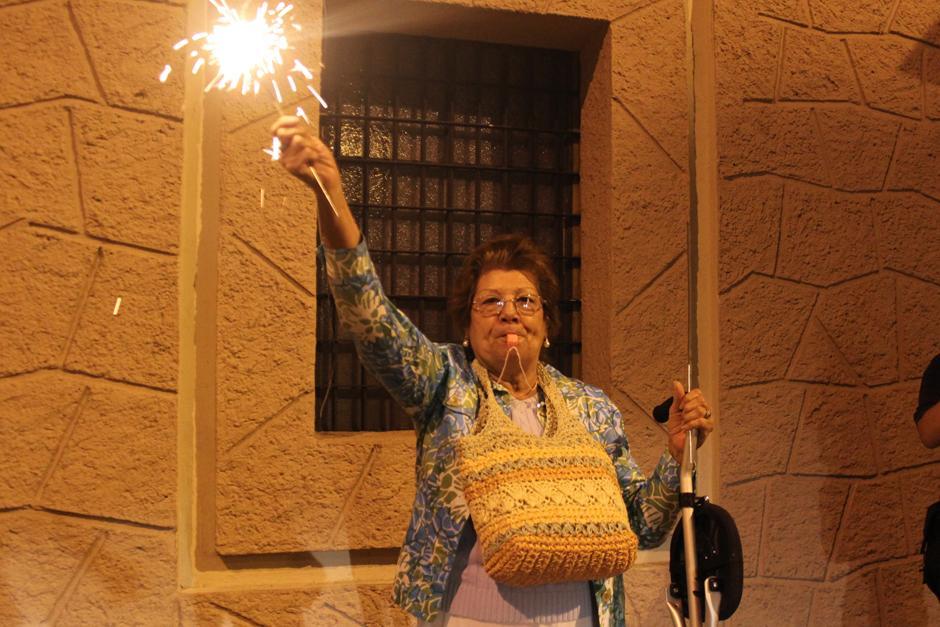 Una mujer de la tercera edad protestó en todo el recorrido que inició en la Corte Suprema de Justicia y terminó en la Plaza de la Constitución. (Foto: Alejandro Balam/Soy502)