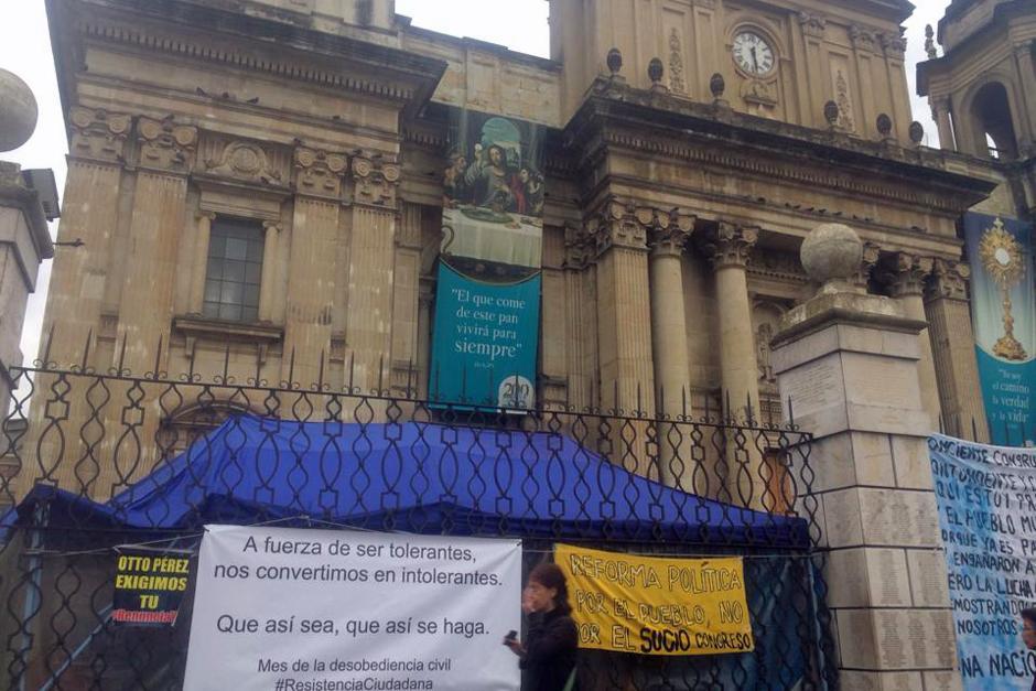 Muchas pancartas se colocaron sobre las rejas de la entrada principal a la Catedral Metropolitana. (Foto: Luis Barrios/Soy502)
