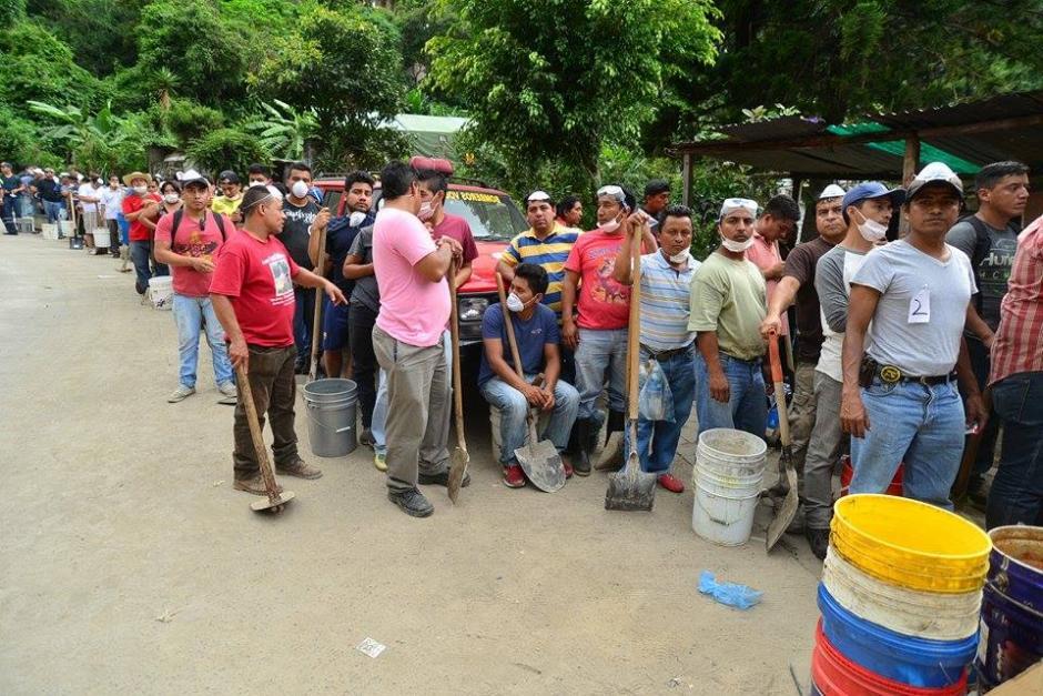 Voluntarios organizados esperando turno para apoyar en las labores de rescate.(Foto: Soy502/Wilder López)