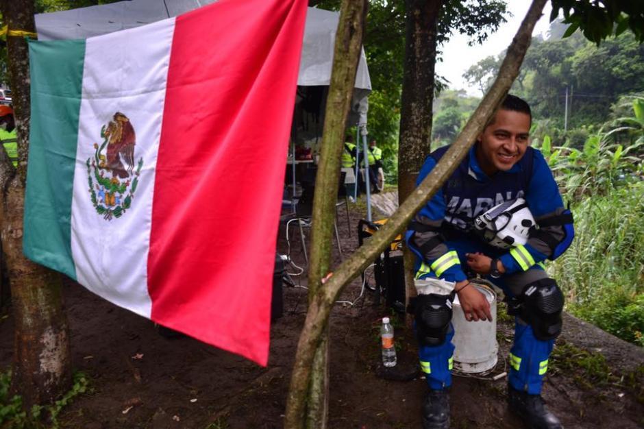 Un integrante de la marina mexicana, en el campamento instalado en las cercanías de la zona de la tragedia en El Cambray. (Foto: Soy502/Jesús Alfonso)