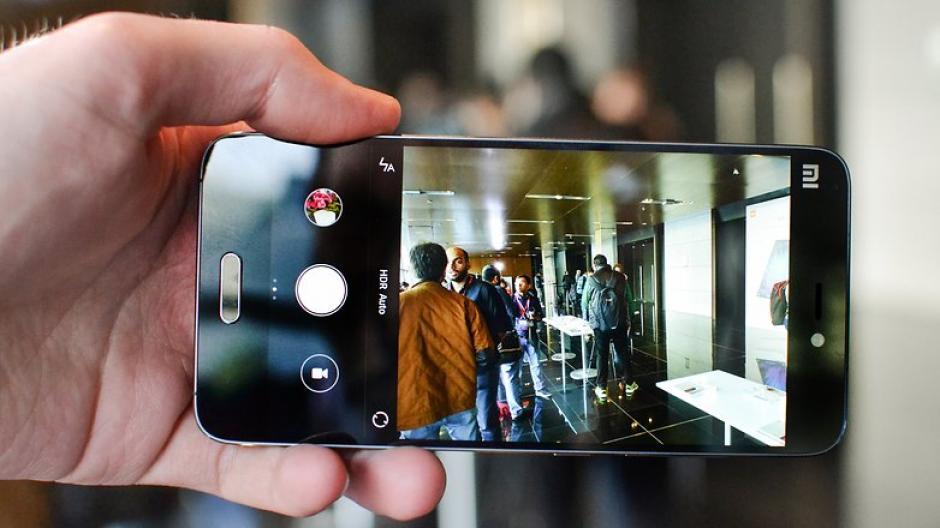 La cámara trasera del Mi5 cuenta con 16 megapíxeles y flash LED. (imagen: androidpit.es)
