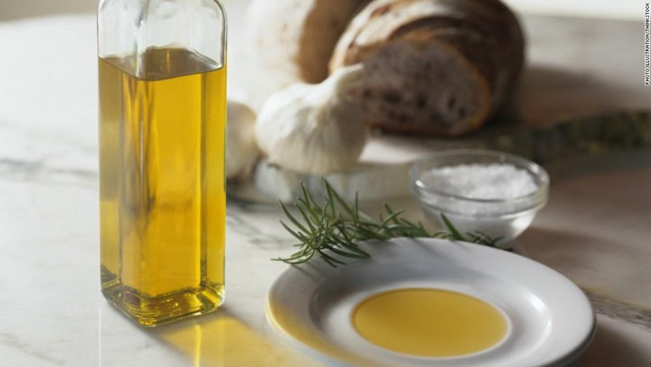 Para cocinar los vegetales o carnes blancas, utiliza aceite de oliva, el cual es considerado como una grasa beneficiosa para el cuerpo por sus antioxidantes. (Foto: cnn)
