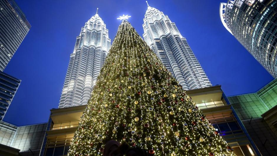Un gran árbol de navidad emerge frente a las Torres Gemelas de Malasia. (Foto: AFP)