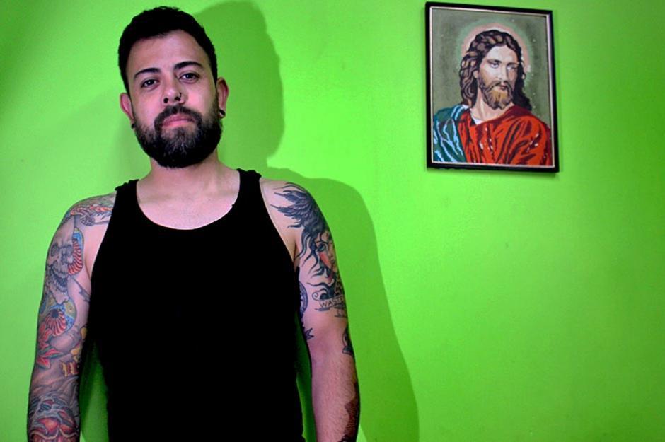 """Morel Ortega tiene más de 20 años de experiencia como tatuador y su local """"Pain Addiction Tatto Studio"""" se ubica actualmente en la zona 9. (Foto: José Dávila/Soy502)"""
