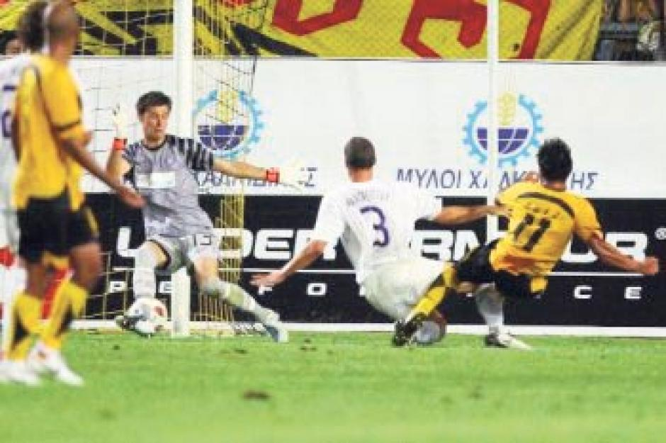 Con el número 11 en la espalda Carlos Ruiz jugó en el Aris Salónica, de Grecia, se segundo equipo en ese país. En 2010 jugó la Europa League.(Foto: Archivo Nuestro Diario)