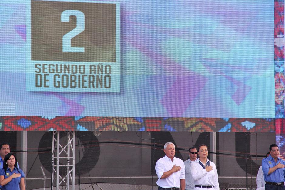 A las 11 horas con treinta minutos arribó Otto Pérez y Roxana Baldetti para presentar el segundo informe del Gobierno.(Foto: Alexis Batres/Soy502)
