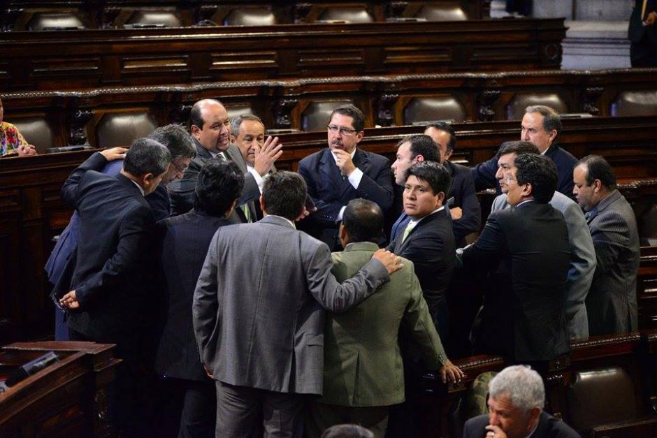 El diputado Orlando Blanco, UNE, se encontró rodeado de diputados cuando pidió cambiar el orden del día. Luego se retractó de su propuesta. (Foto: Wilder López/Soy502)
