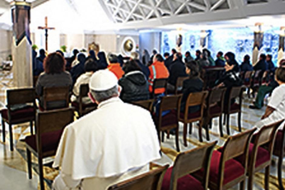 El papa Francisco asistió como un fiel más a a capilla de Santa Marta en el Vaticano.
