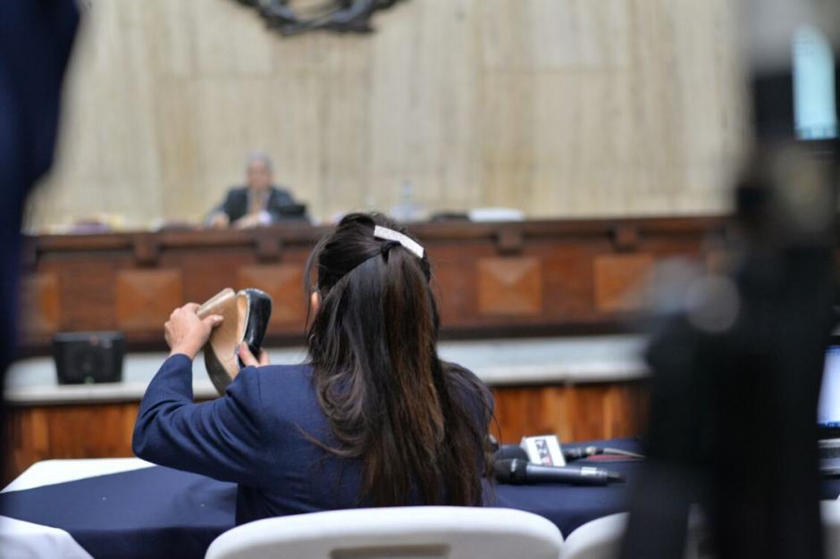 Emilia Ayuso muestra su zapato luego del altercado con una guardia del Sistema Penitenciario. (Foto: Wilder López/Soy502)