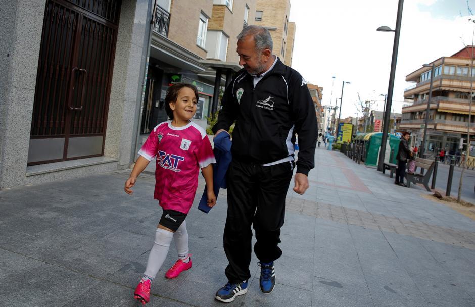 Osama Mohsen y su hijo Zaid caminan hacia el entrenamiento de Getafe. (Foto: Infobae)