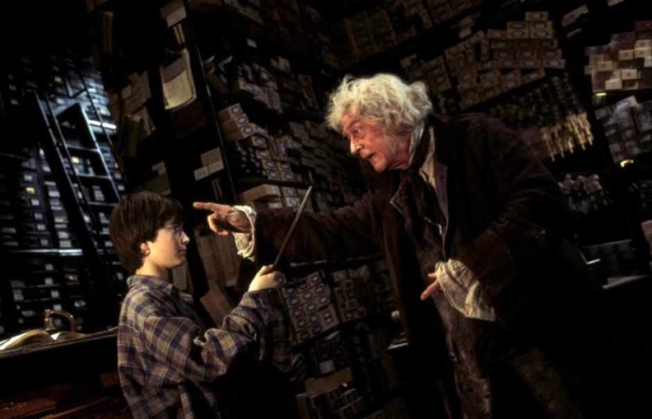 John Hurt, Mr Ollivander le dio su primera barita mágica a Harry Potter (Foto: captura de pantalla)