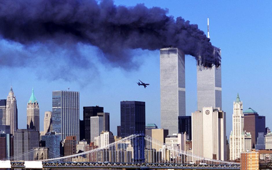 El World Trade Center, ícono de la economía estadounidense, fue impactada por dos aviones comerciales. (Foto. es.fanpop.com)