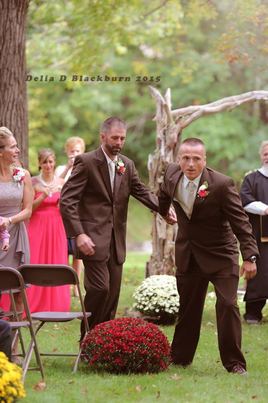 El emotivo momento fue captado en fotografías y aplaudido por todos los asistentes. (Foto: Facebook Delia Blackburn)