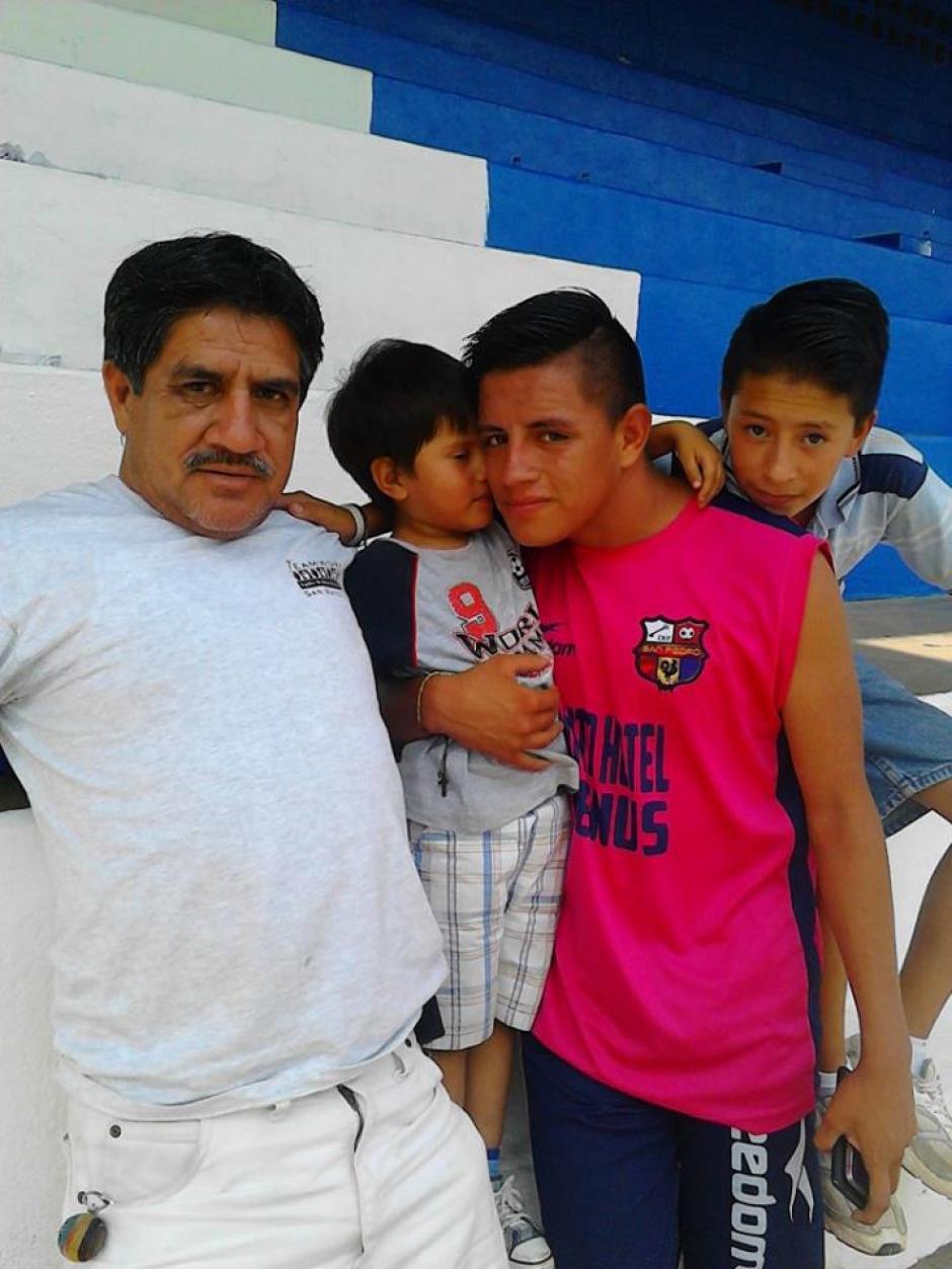 Rodrigo Mateo junto a su padre y hermanos en el graderío del estadio de San Pedro, San Marcos, donde jugaba con Los Gallos. (Foto: Facebook)