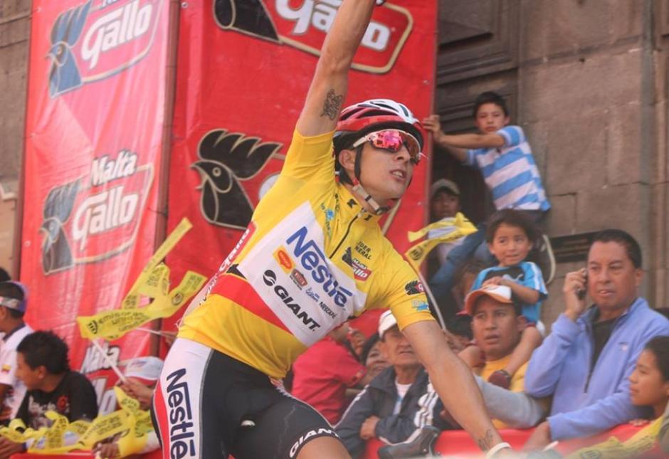 Villalobos comienza a celebrar al llegar a la meta en Quetzaltenango. (Foto: Federación Guatemalteca de Ciclismo)