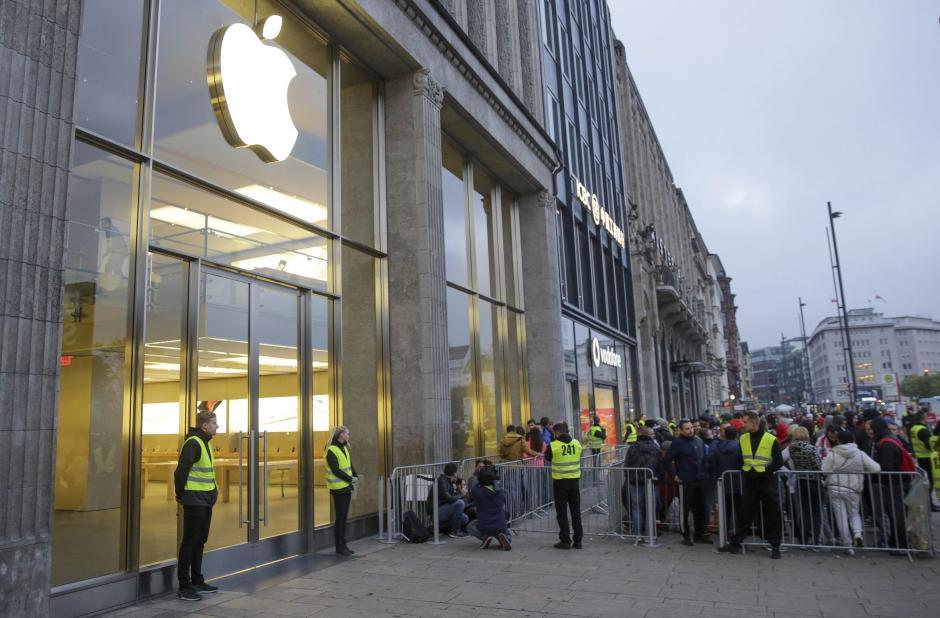 Largas colas a las puertas de la tienda esperando el lanzamiento oficial. (Foto: EFE)