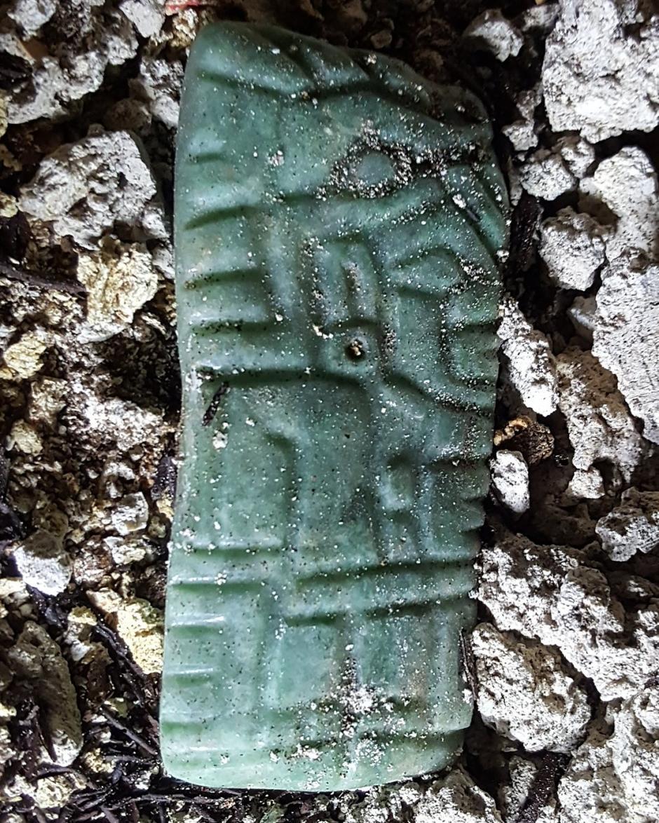 Pieza de jade tallado de un gobernante que lleva una cabeza de cocodrilo. (Foto: Universidad de Alabama)