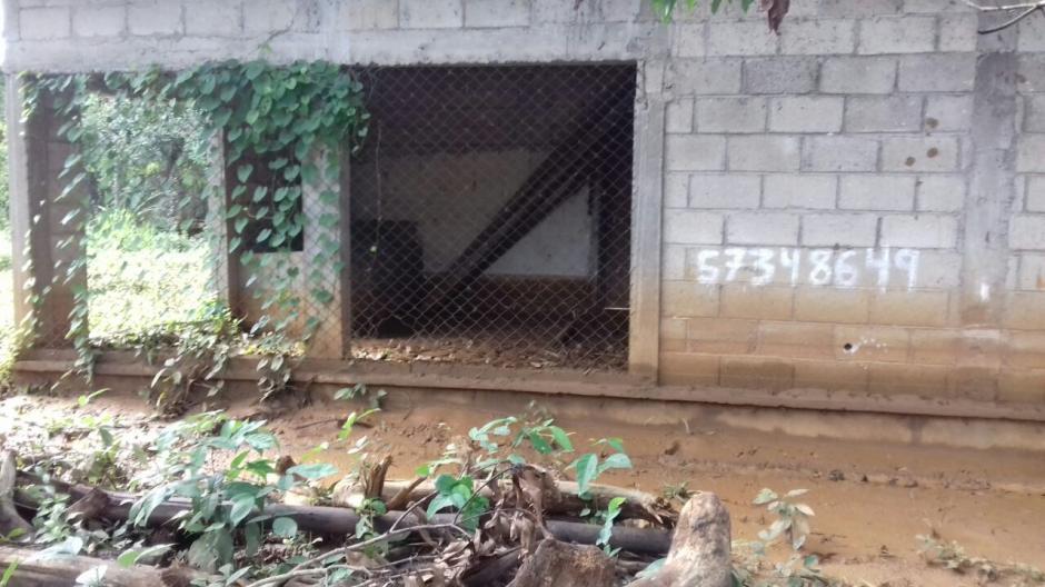 Conforme pasaron las horas, el nivel del agua en la aldea Punta Caimanes logró bajar. (Foto: Conred)