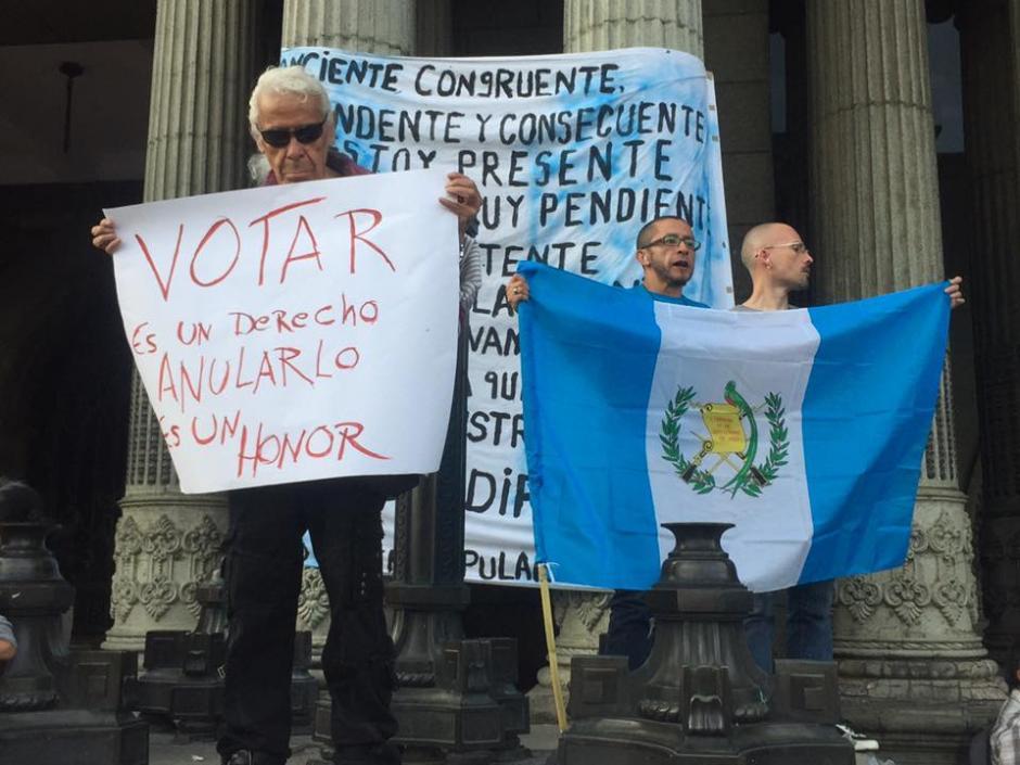 Los ciudadanos con pancartas se pronunciaron este #25J. (Foto: Carlos Duarte/Nuestro Diario)