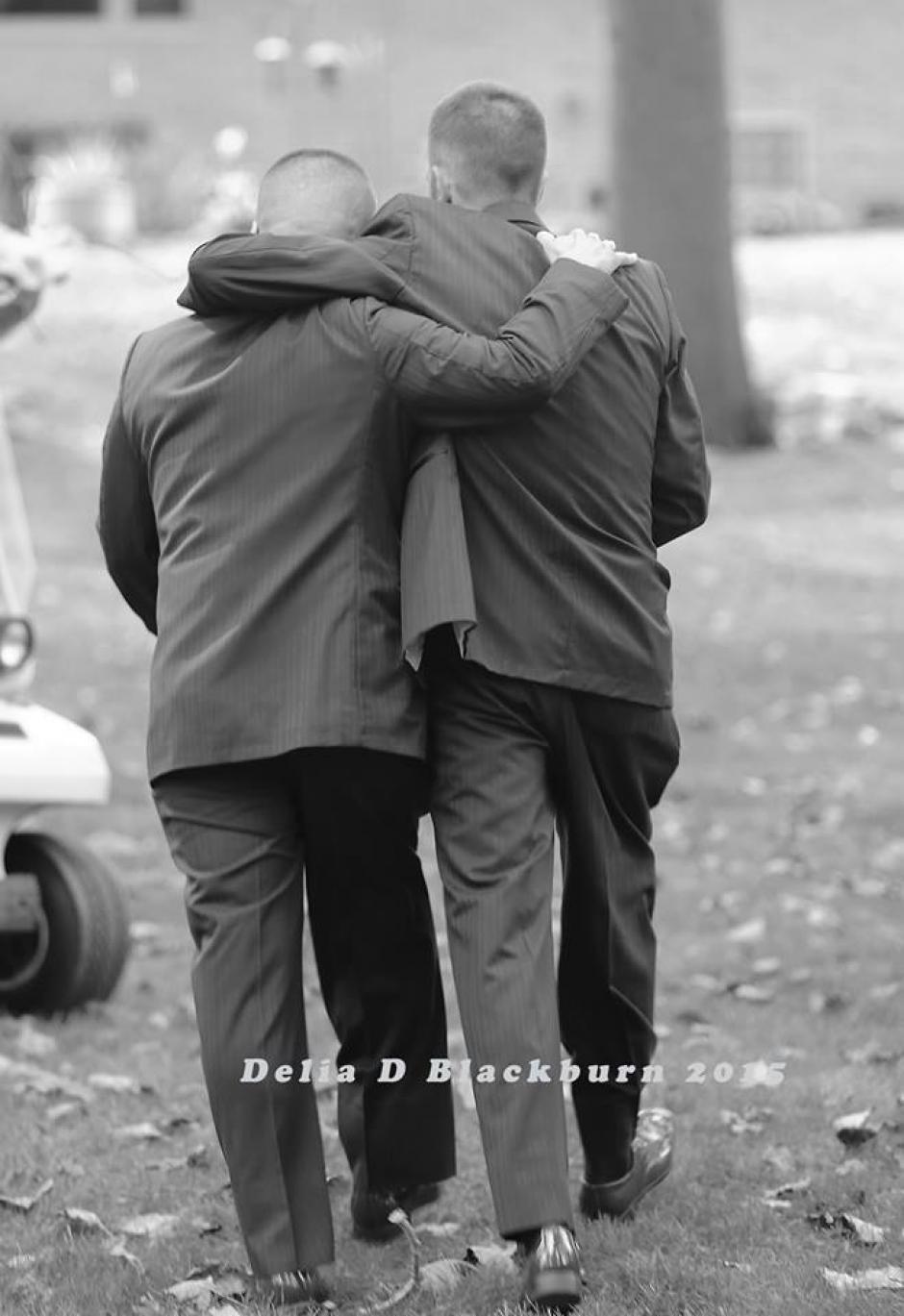 El padre y el padrastro de la novia la pudieron acompañar al altar en un gesto que fue aplaudido por todos. (Foto: Facebook Delia Blackburn)