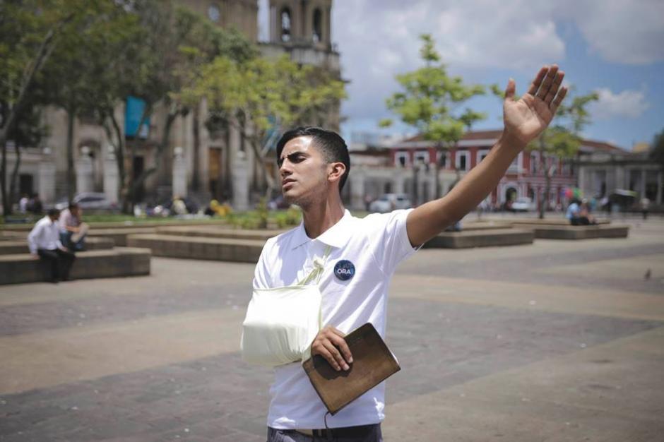 Este joven no mostró impedimento alguno para elevar oraciones por Guatemala. (Foto: Guate Ora/Facebook)
