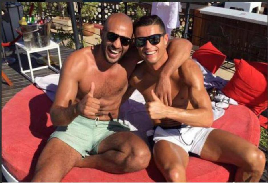Cristiano Ronaldo y uno de sus amigos en Marruecos, celebrando la clasificación de Portugal a la Eurocopa 2016