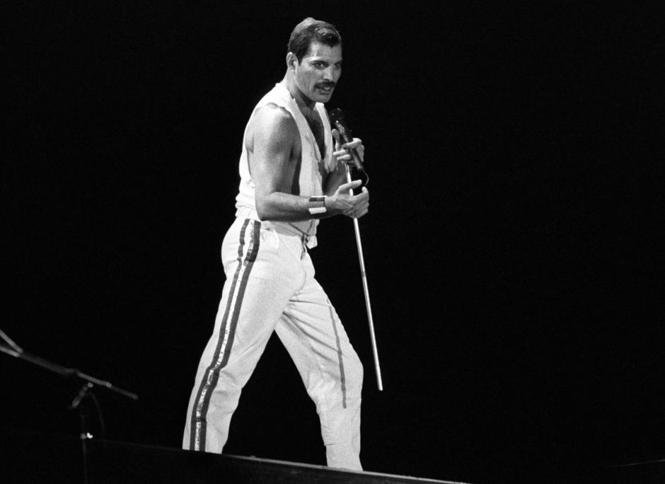 """El cantante británico Freddie Mercury, líder del grupo musical """"Queen"""", durante su actuación el 2 de agosto de 1986 en el Mini Estadi del F.C. Barcelona. (Foto: EFE/Archivo)"""
